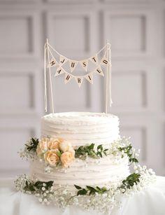 Aufsteck-Banner 'Just Married' als Dekoration für deine Hochzeitstorte. Findest du auf Etsy.