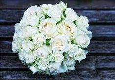 Ein #Traum ganz in #Weiß <3 #Weiße #Rosen und #Perlen mehr braucht es nicht um zu #verzaubern -  #weddingdecor #bride #bouquet #wedding #ideas #bridebouquet