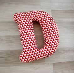 Cojín de Letra D Cojín del Abecedario Cojín por LeLoupStudio Fabric Covered Letters, Bow Pillows, Letter Cushion, Paracord Knots, Initial Letters, Baby Disney, Kids Decor, Baby Boy Shower, Cushion Covers