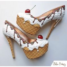 Shoe Bakery – Pinup Schuhe im Torten-Look What a fun pair of heels. The post Shoe Bakery – Pinup Schuhe im Torten-Look appeared first on Beauty Shares. Funky Shoes, Crazy Shoes, Me Too Shoes, Weird Shoes, Crazy High Heels, Cute High Heels, Ice Cream Shoes, Shoe Art, Shoe Shoe