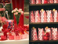 Um chá de cozinha em vermelho e rosa, bem girlie, com corações, cupidos e bichinhos: Decoração: Clarissa Rezende   Flores: Monica Rezende