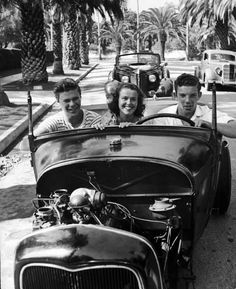 Nina Leen, Teenagers riding in a convertible with an exposed engine (newly built car from Ford Model A and T parts) along a palm tree-lined street, California, USA, Classic Hot Rod, Classic Cars, Vintage Cars, Vintage Photos, Vintage Auto, Antique Cars, Carros Hot Rod, 1950 Pinup, Old Hot Rods