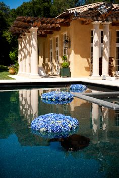 In summer flowers are very actual and natural for wedding décor, that's why we've rounded up beautiful wedding decorations of flowers floating in water. Floating Flowers, Floating In Water, Floating Pool Decorations, Summer Pool, Summer Club, Wedding Flower Decorations, Wedding Ideas, Mediterranean Homes, Tuscan Homes