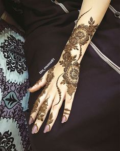 Image may contain: one or more people Modern Henna Designs, Rose Mehndi Designs, Khafif Mehndi Design, Latest Arabic Mehndi Designs, Finger Henna Designs, Henna Art Designs, Mehndi Designs For Girls, Bridal Henna Designs, Dulhan Mehndi Designs