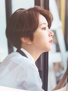 While it's impossible to include every female idol who rocked short hair, here are some of the most iconic looks that proved short hair is beautiful! Kpop Short Hair, Korean Short Haircut, Short Hair Tomboy, Asian Short Hair, Kpop Hair, Girl Short Hair, Short Hair Korean Style, Short Hair With Layers, Layered Hair