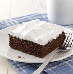 Pudding-Filled Devil's Food Cake--The creamy chocolate filling makes it so good, and a fluffy white frosting just puts it over the top. Fun Desserts, Delicious Desserts, Dessert Recipes, Cupcake Recipes, French Desserts, Potluck Recipes, Cupcakes, Cupcake Cakes, Homemade Chocolate