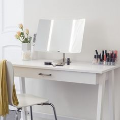Simplehuman's sensor mirror lights up automatically. Its tru-lux light system simulates natural sunlight, allowing you to see full colour variation, so you'll know when your makeup is colour-correct and flawless. #makeupmirror