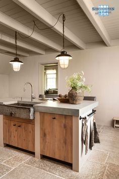 There are so many reasons to be happy, one of them is this kitchen ☺️ Furniture knob in Aged Iron (Pure Collection) & towel rack (Pure Plus Collection). Rustic Kitchen, Country Kitchen, New Kitchen, Kitchen Decor, Kitchen Furniture, Kitchen Interior, Küchen Design, House Design, Kitchen On A Budget