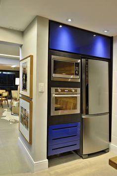 Cozinha azul com torre de eletros da Evviva Bertolini)