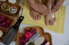 Pedicure At Home - Moisturize Your Feet Homemade Pedicure, Diy Pedicure, Pedicure At Home, How To Do Pedicure, Feet Scrub, Beauty Tips, Beauty Hacks, Nail Soak, Black Nail Designs