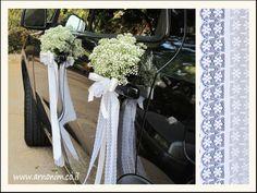 Streamers van kant aan de deurknoppen van je trouwauto. - wedding car decoration - inspiratie #TrouwPartners