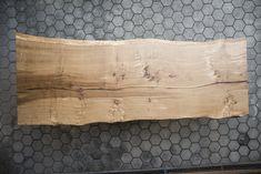 Die Tischplatte wurde aus einem Stück gemacht und passend dazu die Kantenausführung mit der sogenannten Waldkante. Home, Tables, Ad Home, Homes, Haus, Houses