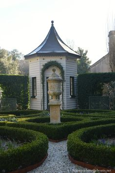 The garden at the Pineapple Gates House Charleston, SC | Homeiswheretheboatis.net