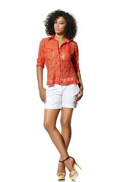 Continuando com looks da nova coleção, olha só essa blusa com transparência e renda, que coisa mais linda! Dá para sobrepor com uma regata, ou, ainda, usar com um sutiã preto para um produção sexy e noturna! Que tal?