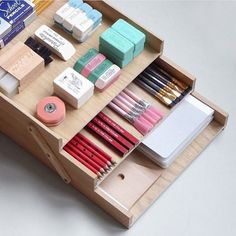 Use a layered storage box to store and divide stationery essentials. Great 👍🏻 organisation leads to great lives Stationary Organization, Stationary Supplies, Art Supplies, Office Supplies, Cool Stationary, Stationary Items, Diy École, Diy Rangement, Cute School Supplies
