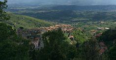 """Cesanese del Piglio ligger i fjellene i hjertet av Ciociaria, ca. 60 km øst for Roma. Dette var antikkens """"grand cru"""" område. Her etablerte det romerske aristokratiet sine sommerresidenser, her laget de sine beste viner."""