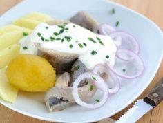 Sauerrahm mit Zwiebeln, Gurkerlnwürfel, Senf, Kapern, Sardellenpaste und Pfeffer verrühren und würzig abschmecken. Kartoffeln in einer Pfanne mit