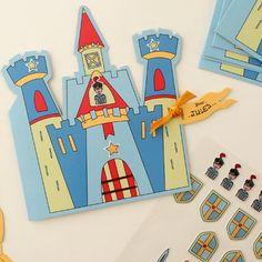 Des cartes à personnaliser grâce à des stickers 3D et un coloriage. Pour faire des invitations originales et convier ses amis à son anniversaire. Ludique, on décore la carte avec les stickers, on la personnalise avec le coloriage et ses coordonnées, puis on la ferme avec le ruban.