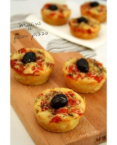 """We continue the special """"aperitif dinner"""" week with these pizza-style salty muffins! These muffins with faux pizza areas are composed of the basic ingredients of a classic pizza: tomato, ham and cheese, not to mention the oregano and olive … Pizza Style, Food Porn, Brunch Buffet, Finger Foods, Food Inspiration, Food And Drink, Cooking Recipes, Cooking Food, Tasty"""