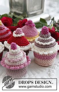 """Crochet DROPS cupcakes in """"Muskat"""". ~ DROPS Design. A free pattern for these yummy cupcakes"""