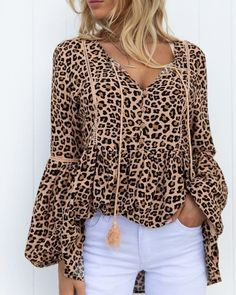 Trend Fashion, Korean Fashion Trends, Blusas Animal Print, Stylish Outfits, Fall Outfits, Leopard Print Outfits, Chic Type, Blouse Online, Blouse Styles