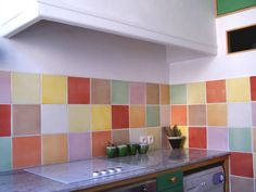 Patterned Kitchen Tiles, Kitchen Tiles Design, Kitchen Cabinet Design, Colorful Kitchen Decor, Eclectic Kitchen, Kitchen Colors, Apartment Renovation, Kitchen Upgrades, Ideas Geniales