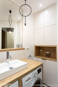 Une niche en bois a trouvé refuge dans les placards de la salle de bains