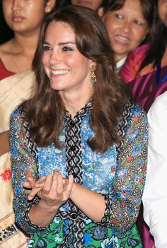 Catherine, Duchess of Cambridge with dancers by the fireside during a Bihu Festival Celebrationat Diphlu River Lodge on day 3 of the royal visit to India and Bhutan on April 2016 in Kaziranga, India. Middleton Family, Kate Middleton Photos, Kate Middleton Style, Prince William And Kate, William Kate, Duchess Kate, Duke And Duchess, Princesa Kate Middleton, Prinz William