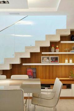 Está sem espaço para colocar as prateleiras? Que tal colocá-las abaixo das escadas? Neste exemplo, elas foram colocadas paralelas aos degraus, gerando uma sensação visual muito bacana! <3    #decoração #design #madeiramadeira