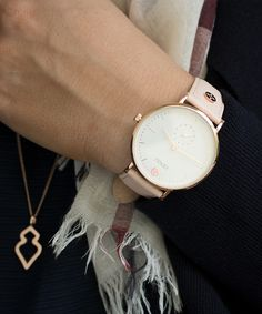 Das edle Saffiano Leder jetzt auch am Handgelenk. Elegant und sportlich zugleich, die Saffiano-Uhrenlederbänder dürfen an keinem Arm fehlen. Es wurde Zeit, dass das robuste weiche Leder unsere CEYOLI Damenuhren schmücken. #ceyoli #celebrateyourlife Shop at ceyoli.com
