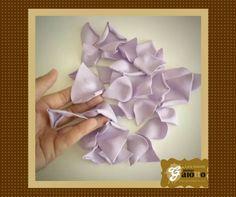 Chuva de pétalas de rosa... de biscuit/porcelana fria. www.facebook.com/gaiotto.atelier http://agaiotto.blogspot.com/ atelier.gaiotto@gmail.com F: (19) 3012-3588 / (19) 98126-8779 (Whatsapp)
