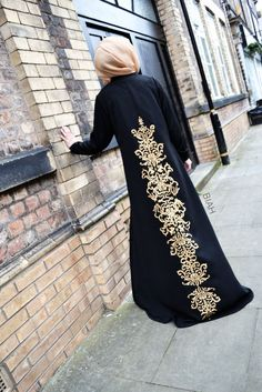 Really elegant abaya Lightly printed back design. Modest Wear, Modest Dresses, Modest Outfits, Islamic Fashion, Muslim Fashion, Modest Fashion, Outfit Essentials, Mode Abaya, Mode Hijab