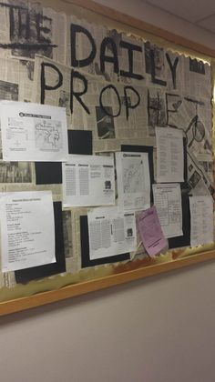 Information Bulletin Board - Harry Potter Daily Prophet. Harry Potter Classes, Harry Potter School, Harry Potter Classroom, Harry Potter Decor, School Displays, Classroom Displays, Classroom Themes, Classroom Organization, English Classroom Decor