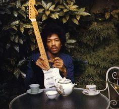 偉人たちの最後に撮られた写真 ジェームズ・マーシャル・ヘンドリックス(James Marshall Hendrix、1942年11月27日 - 1970年9月18日)は、アメリカ合衆国のミュージシャン、ギタリスト、歌手。ジミ・ヘンドリックス(Jimi Hendrix)の名で親しまれ、日本では「ジミヘン」の略称でも呼ばれる