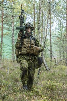 Canadian and German soldiers fighting off an ambush during Exercise SILVER ARROW at Adazi Military Training Area in Kadaga, Latvia on September 2015 during Operation REASSURANCE. Canadian Soldiers, Canadian Army, Lightroom, Military Police, Military Weapons, Military Special Forces, Military Pictures, Modern Warfare, Armed Forces