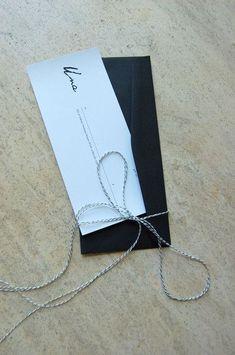Einfache Karte mit Umschlag und Geschenkband