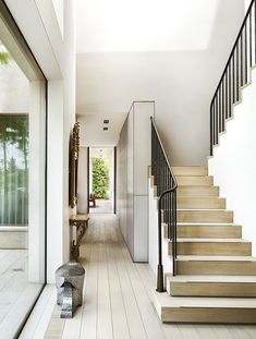 40 Awesome Modern Stairs Railing Design for Your Home - Rockindeco Modern Stair Railing, Stair Railing Design, Staircase Railings, Modern Stairs, Banisters, Stairways, Railing Ideas, Wood Handrail, Iron Balusters