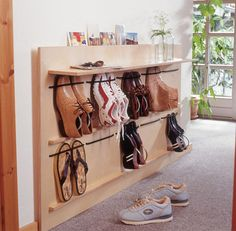 Rote Schuhablage© SelbermachenZugegeben, es ist etwas ungewöhnlich, Schuhe nicht hinter Schranktüren od