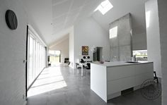 Enkel, lys og rumlig villa