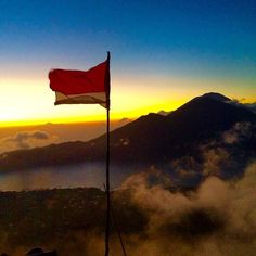 Good morning sunrise from the top of Mount Baturin Bali. This hike is a staple on our Bali trip and we can't wait to get back. #under30experiences #experiencebali P.S. There are only 4 total seats open (link in bio) for our next 2 Bali trips.