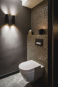 Luxury bathrooms 776167317016300337 - Pintogopin Club – Pintogopin Club Mode – Fashion Badewanne Fliesen Luxus Idee Gäste Wc Mosaik Glimmer Dunkle Wände Schimmer Glas Gold – Today Pin Source by Guest Toilet, Downstairs Toilet, Small Toilet Room, Toilet Wall, Small Toilet Design, Buy Toilet, Bathroom Styling, Bathroom Interior Design, Bathroom Lighting