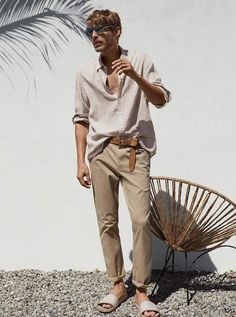 Ferdinand will wear this outfir for his wedding. The slacks are more formal, however the overall aesthetic is still leaning casual. The leather belt also helps the outfit become more formal. Summer Outfits Men, Stylish Mens Outfits, Boho Outfits, Men's Beach Outfits, Mens Linen Outfits, Beach Ootd, Bohemian Style Men, Look Boho Chic, Bohemian Outfit For Men