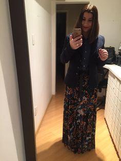 Hippie chic para uma linda casual Friday pré-ferias: saia estampada longa, camisa jeans, cinto largo e blaser por cima de tudo. Nos pés, invisíveis aos olhos, botinha de cano médio.