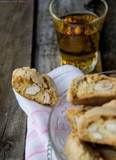 """Nel confinante Lazio li chiamano """"tozzetti"""". La ricetta è più o meno la stessa ma invece che di mandorle, sono tempestati di deliziose nocciole dei Monti Cimini. Compaiono sui menù alla voce dessert di quasi tutte le locande tipiche toscane (e non solo)e solitamente vengono serviti accompagnati da un bicchierino colmo di liquido """"spiritoso"""" nel …"""