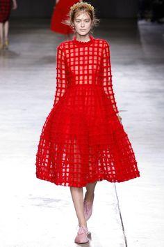 """La robe """"cage"""" du défilé Simone Rocha à Londres"""