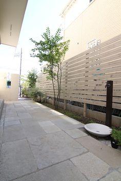 。:°ஐ*。:°ʚ♥ɞ*。:°ஐ* Design / Artificial wooden fence / Tile Exterior Design, Small Backyard, House Exterior, Outside Room, Outdoor Rooms, Natural Garden, House Landscape, Garden Works, Garden Design