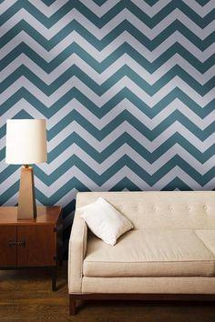 O Chevron, esse padrão em zig zag, é uma das tendências para decoração em 2013. Aparece em tecidos, paredes, tapetes e acessórios. Para os o preferem um resultado mais elegante, a dica é o preto e branco. Para uma decoração mais despojada, as combinações multicoloridas caem muito bem.