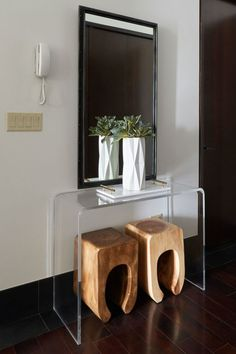 Pre-owned wooden stools nest right under a lucite console table. New York Penthouse, Design Entrée, House Design, Interior Design, Entryway Console Table, Entryway Decor, Console Tables, Wooden Hammock Stand, Wooden Kitchen Signs
