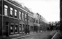 De Kievitdwarsstraat 52, waar Herman van Veen in 1945 is geboren. Op de…