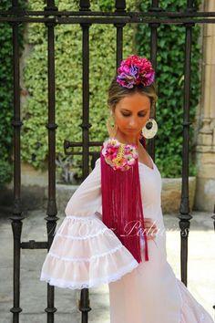 Beautiful shoulder pad to embellish a flamenca dress.  DIY inspiration. Inspiración flamenca.  Hagamos unas hombreras como estas para nuestros vestidos, quizas de quita y pon para usarlas con otras prendas de vestir. épaulette. Seville, Flower Girl Dresses, Dance, Costumes, Wedding Dresses, Inspiration, Fashion, Fringes, Templates